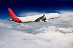 飞机在天空飞行旅行运输飞机背景中 库存照片