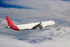 飞机在天空飞行旅行运输飞机背景中 免版税图库摄影