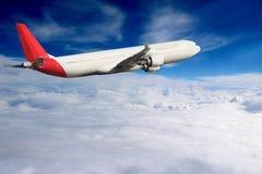 飞机在天空飞行旅行运输飞机背景中 免版税库存照片