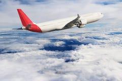 飞机在天空飞行旅行运输飞机背景中 免版税库存图片