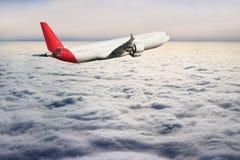 飞机在天空飞行旅行运输飞机背景中 图库摄影
