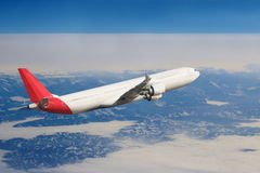 飞机在天空飞行旅行运输飞机背景中 库存图片