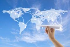 飞机在手中有在背景的世界地图的 免版税库存图片