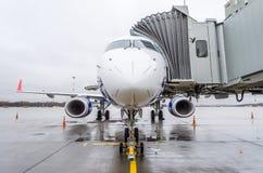 飞机在有乘客通道等待的搭乘的机场停放  库存图片