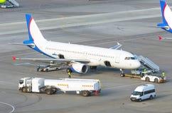 飞机在服务期间的停车处机场在飞行前 免版税库存图片
