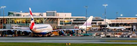 飞机在机场在使用中在夏时 库存照片