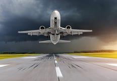 飞机在机场在恶劣天气风暴飓风雨中离开 库存图片