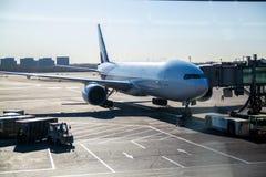 飞机在机场并且准备离开 免版税库存图片