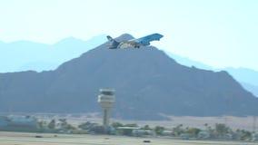 飞机在机场离开 埃及el sharm回教族长 股票录像