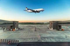 飞机在机场起飞 免版税图库摄影