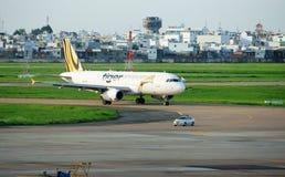 飞机在机场,准备离开 图库摄影