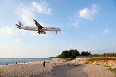 飞机在机场登陆在海滩前的普吉岛 免版税库存照片