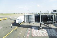 飞机在机场 免版税库存照片