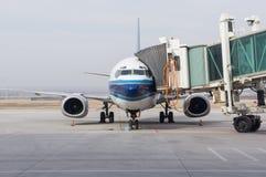 飞机在机场 免版税库存图片