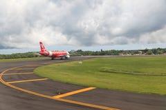 飞机在登巴萨机场 免版税库存图片