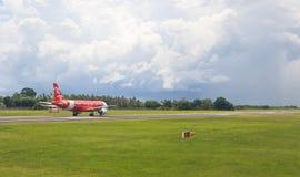 飞机在登巴萨机场 免版税图库摄影