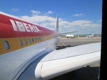 飞机在离去的埃塞萨机场布宜诺斯艾利斯阿根廷 库存照片