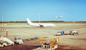 飞机在简易机场准备好对飞行和飞机 免版税库存照片