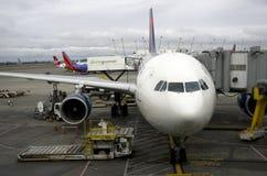 飞机在西雅图机场 免版税库存照片