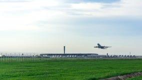 飞机在跑道 免版税库存图片