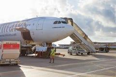飞机在迪拜机场 免版税库存照片