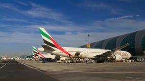 飞机在迪拜机场 库存照片
