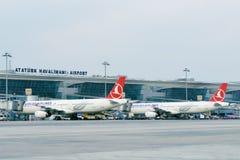 飞机在阿塔图尔克机场,伊斯坦布尔,土耳其 库存图片