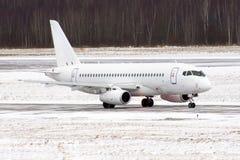 飞机在雪风暴和恶劣的可见性的机场 免版税库存图片