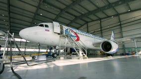 飞机在飞机棚,航空器从窗口的背面图和光 企业喷气机飞机在飞机棚 飞机