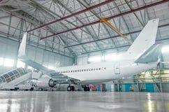 飞机在飞机棚,航空器从窗口的背面图和光 库存图片