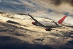 飞机在飞行中在晚上 免版税图库摄影