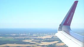 飞机在飞行中在欧洲 风车在背景中 马格德堡,德国 30 09 2018年 股票录像