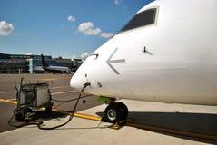 飞机在飞行前被填装 免版税库存图片