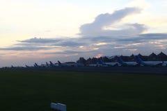 飞机在巴厘岛机场 免版税库存图片