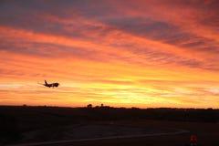 飞机在黎明 免版税库存照片