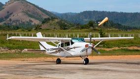 飞机在Busuanga机场在海岛Coron,菲律宾 免版税图库摄影