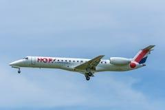 飞机地方航空公司F-GRGD巴西航空工业公司ERJ-145飞行到跑道 免版税库存图片
