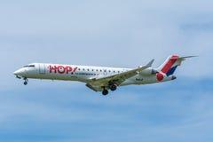 飞机地方航空公司F-GRGD巴西航空工业公司ERJ-145飞行到跑道 图库摄影