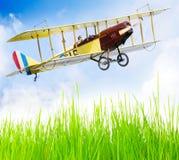 飞机场双翼飞机飞行 免版税库存照片