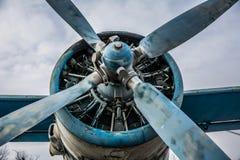 飞机场被放弃的转储老平面推进器 库存图片