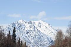飞机场 山 与雪和蓝天的冬天风景 免版税图库摄影