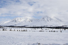 飞机场 山 与雪和蓝天的冬天风景 库存图片