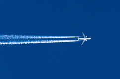 飞机大两个引擎航空机场转换轨迹覆盖 免版税图库摄影