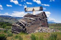 飞机失事入被风化的老谷仓 免版税库存图片