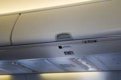 飞机客舱皮箱 库存图片