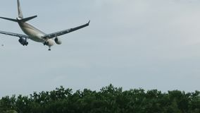 飞机底视图在城市飞行上公园在清楚的蓝天中的离开 射击 在公园的低空飞行的飞机 影视素材
