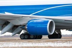 飞机引擎、主起落架和一部分的翼 库存图片