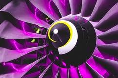 飞机引擎和刀片有紫色背后照明照明关闭的 免版税库存图片