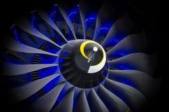 飞机引擎和刀片有蓝色背后照明关闭的黑阴影背景 库存照片