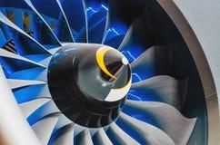 飞机引擎和刀片有蓝色背后照明关闭的 免版税库存照片